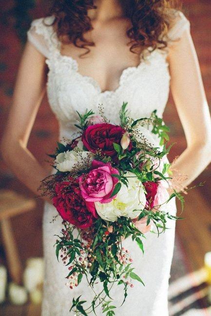 Бордовые пионы в свадебном букете