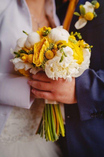 Пионы, фрезии и розы в свадебном букете