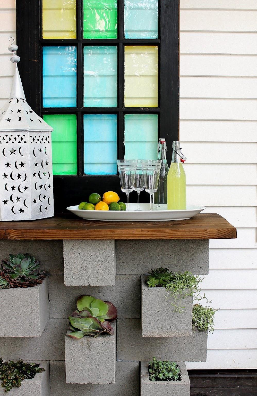 Уличный столик из бетонных блоков, использованных как вазоны для цветов - уникальная деталь дачного участка